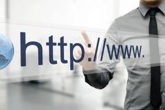 Διεύθυνση Διαδικτύου στη μηχανή αναζήτησης Ιστού στην εικονική οθόνη Στοκ φωτογραφία με δικαίωμα ελεύθερης χρήσης