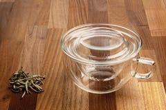 Διηθητήρας τσαγιού φλυτζανιών τσαγιού γυαλιού και χαλαρό τσάι Στοκ Εικόνες