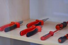 Διηλεκτρικό κόκκινο εργαλείο για στις υπάρχουσες ηλεκτρικές εγκαταστάσεις στη στάση στοκ φωτογραφία με δικαίωμα ελεύθερης χρήσης