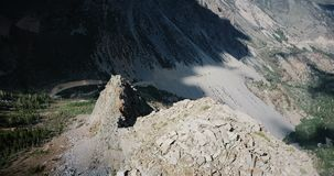 Δικαίωμα βράσης κηφήνων πέρα από τη μεγάλη δύσκολη κορυφογραμμή βουνών να αποκαλυφθεί ο καταπληκτικός ηλιόλουστος δρόμος απότομων απόθεμα βίντεο