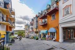 Δικαίωμα οδών του χωριού mont-Tremblant κύριο αγορών στοκ φωτογραφίες