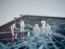 Δικανικοί άνθρωποι Miniatur που εξετάζουν τη σπασμένη οθόνη ταμπλετών στοκ φωτογραφία με δικαίωμα ελεύθερης χρήσης