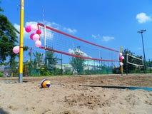 Δικαστήριο πετοσφαίρισης παραλιών με τα ρόδινα μπαλόνια στοκ φωτογραφία με δικαίωμα ελεύθερης χρήσης
