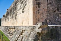 Δικαστήριο της Maya δαχτυλιδιών πετρών Itza Chichen ballgame Στοκ Εικόνες