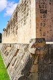 Δικαστήριο της Maya δαχτυλιδιών πετρών Itza Chichen ballgame Στοκ Φωτογραφίες
