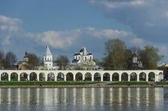 Δικαστήριο Yaroslav με τις εμπορικές συναλλαγές Arcade και Ορθόδοξες Εκκλησίες στο τ Στοκ Εικόνες