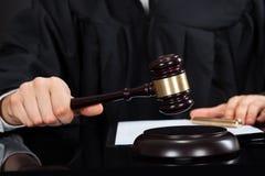 Δικαστής με τη σφύρα στο γραφείο Στοκ Εικόνα