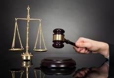 Δικαστής με το αμμοχάλικο και κλίμακα βάρους στο γραφείο Στοκ φωτογραφίες με δικαίωμα ελεύθερης χρήσης