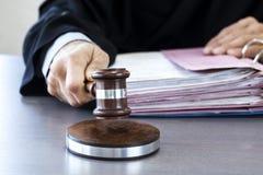 Δικαστής με gavel στον πίνακα Στοκ φωτογραφία με δικαίωμα ελεύθερης χρήσης