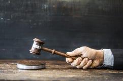 Δικαστής με gavel στον πίνακα Στοκ Εικόνες