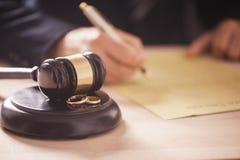 Δικαστής με gavel στον πίνακα Στοκ Φωτογραφία