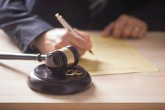 Δικαστής με gavel στον πίνακα Στοκ εικόνα με δικαίωμα ελεύθερης χρήσης