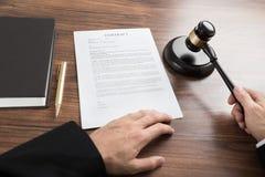 Δικαστής που χτυπά gavel στο γραφείο Στοκ φωτογραφία με δικαίωμα ελεύθερης χρήσης