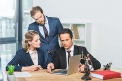Δικηγόροι με το lap-top στην αρχή στοκ εικόνα