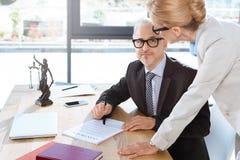 Δικηγόροι που εργάζονται με τη σύμβαση Στοκ Φωτογραφία