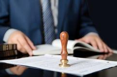 Δικηγόρος ή πληρεξούσιος στο δημόσιο γραφείο συμβολαιογράφων Στοκ εικόνα με δικαίωμα ελεύθερης χρήσης