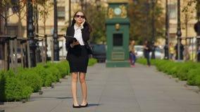 Δικηγόρος γυναικών με την περιοχή αποκομμάτων στην οδό της πόλης Επιχειρηματίας απόθεμα βίντεο