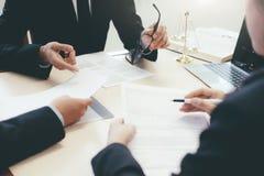 Δικηγόρος και πληρεξούσιος που διοργανώνουν τη συνεδρίαση των ομάδων στην εταιρία νόμου στοκ εικόνες