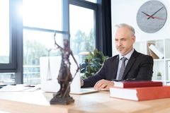 Δικηγόρος που εργάζεται με το lap-top Στοκ Εικόνες