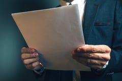 Δικηγόρος που διαβάζει το νομικό συμφωνητικό σύμβασης Στοκ Εικόνες