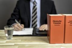 Δικηγόρος στο γραφείο του με τα βιβλία Στοκ εικόνες με δικαίωμα ελεύθερης χρήσης