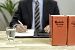 Δικηγόρος στο γραφείο του με τα βιβλία Στοκ φωτογραφία με δικαίωμα ελεύθερης χρήσης