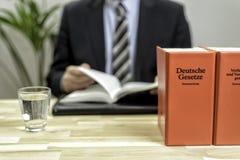 Δικηγόρος στο γραφείο του με τα βιβλία Στοκ Εικόνα