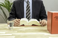 Δικηγόρος στο γραφείο του με τα βιβλία Στοκ φωτογραφίες με δικαίωμα ελεύθερης χρήσης