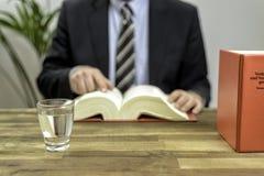 Δικηγόρος στο γραφείο του με τα βιβλία Στοκ Εικόνες