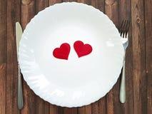 Δικράνων και μαχαιριών ξύλινος εορτασμός καρδιών πιάτων άσπρος Στοκ Φωτογραφίες
