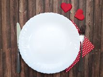 Δικράνων και μαχαιριών πιάτων άσπρος βαλεντίνος εορτασμού καρδιών ρωμανικός ξύλινος Στοκ Εικόνα