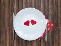 Δικράνων και μαχαιριών πιάτων άσπρος βαλεντίνος εορτασμού καρδιών ξύλινος Στοκ εικόνες με δικαίωμα ελεύθερης χρήσης