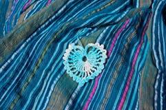 Δικτυωτή καρδιά σε ένα μπλε ριγωτό ύφασμα Στοκ Εικόνα