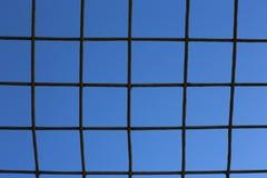 Δικτυωτό πλέγμα ενάντια στο μπλε ουρανό Στοκ Εικόνες