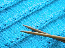 Δικτυωτό σχέδιο με το πλέξιμο των βελόνων Στοκ Φωτογραφίες