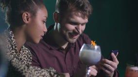 Δικτύωση δύο φίλων στο τηλέφωνο στο φραγμό disco απόθεμα βίντεο