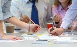 Δικτύωση επιχειρησιακής ομάδας - πίνακας γραφείων με τα διαγράμματα και τα χέρια ανθρώπων Στοκ φωτογραφία με δικαίωμα ελεύθερης χρήσης