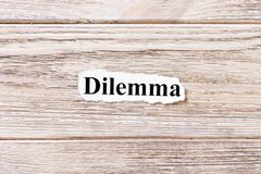 ΔΙΛΗΜΜΑ της λέξης σε χαρτί Έννοια Λέξεις COMBINE σε ένα ξύλινο υπόβαθρο Στοκ εικόνα με δικαίωμα ελεύθερης χρήσης