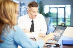 Διοίκηση επιχειρήσεων που εργάζεται μαζί στο lap-top Στοκ Φωτογραφία