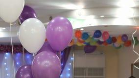 Διογκώσιμα πορφυρά, άσπρα μπαλόνια στη δεξίωση γάμου απόθεμα βίντεο