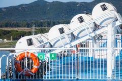 Διογκώσιμες σωστικές λέμβοι στα σκληρά άσπρα εμπορευματοκιβώτια Στοκ φωτογραφίες με δικαίωμα ελεύθερης χρήσης