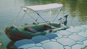 Διογκώσιμη βάρκα με το θόλο σκιάς ήλιων απόθεμα βίντεο