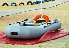 διογκώσιμη διάσωση βαρκώ&nu Γκρίζα διογκώσιμη βάρκα στην παραλία Στοκ εικόνα με δικαίωμα ελεύθερης χρήσης