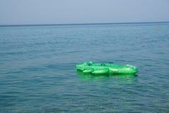 Διογκώσιμος κροκόδειλος στρωμάτων στην επιφάνεια νερού στοκ εικόνες