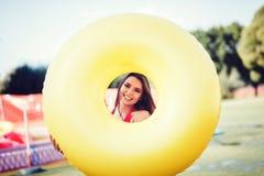 Διογκώσιμος κύκλος εκμετάλλευσης χαμόγελου γυναικών στοκ εικόνα