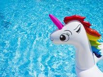 Διογκώσιμος λευκός μονόκερος παιχνιδιών στη λίμνη στοκ εικόνες με δικαίωμα ελεύθερης χρήσης