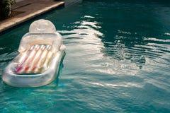 Διογκώσιμος σωλήνας που επιπλέει σε μια πισίνα στο κατώφλι στοκ φωτογραφίες με δικαίωμα ελεύθερης χρήσης