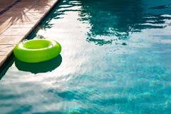 Διογκώσιμος σωλήνας που επιπλέει σε μια πισίνα στο κατώφλι στοκ φωτογραφία με δικαίωμα ελεύθερης χρήσης