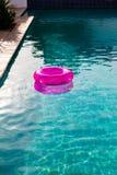 Διογκώσιμος σωλήνας που επιπλέει σε μια πισίνα στο κατώφλι στοκ εικόνες