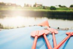 Διογκώσιμο καταμαράν για τον ποταμό που και που αλιεύει στην ακτή, εστίαση στα κουπιά στοκ φωτογραφία